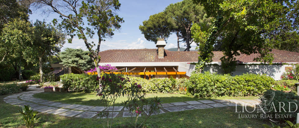 Villa for sale overlooking the Tuscan Sea Image 9