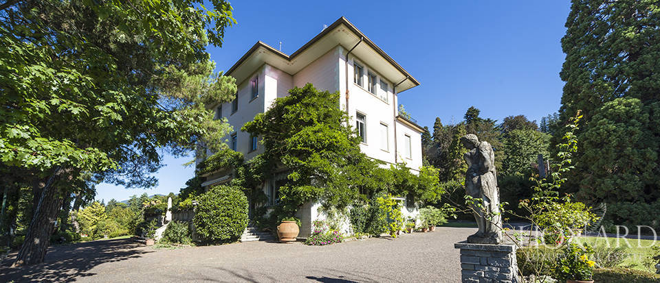 prestigious villa for sale surrounded by a big park