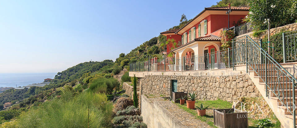 Luxury house with swimming pool for sale in Liguria Image 4
