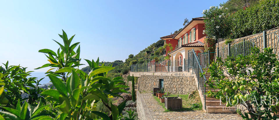 Luxury house with swimming pool for sale in Liguria Image 5