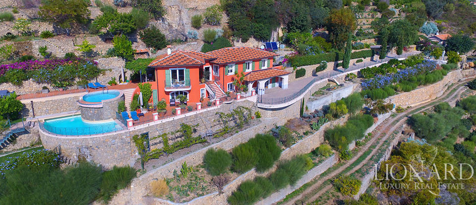 Luxury house with swimming pool for sale in Liguria Image 2