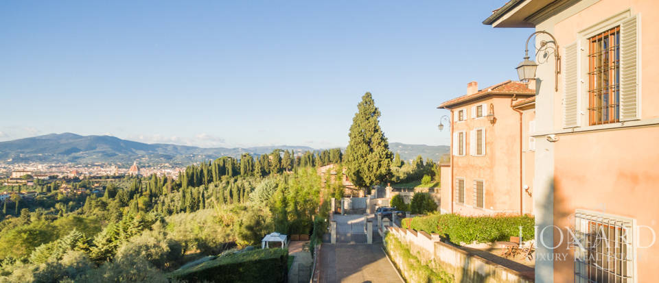 Villa with swimming pool for sale in Florence Image 8