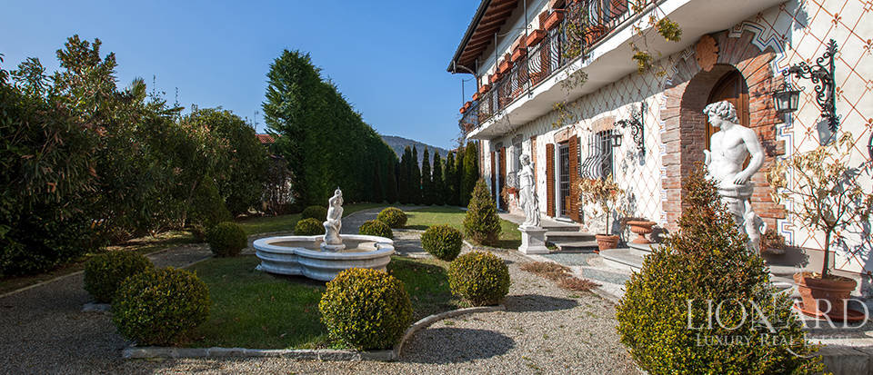 Refined villa for sale in the province of Varese Image 5