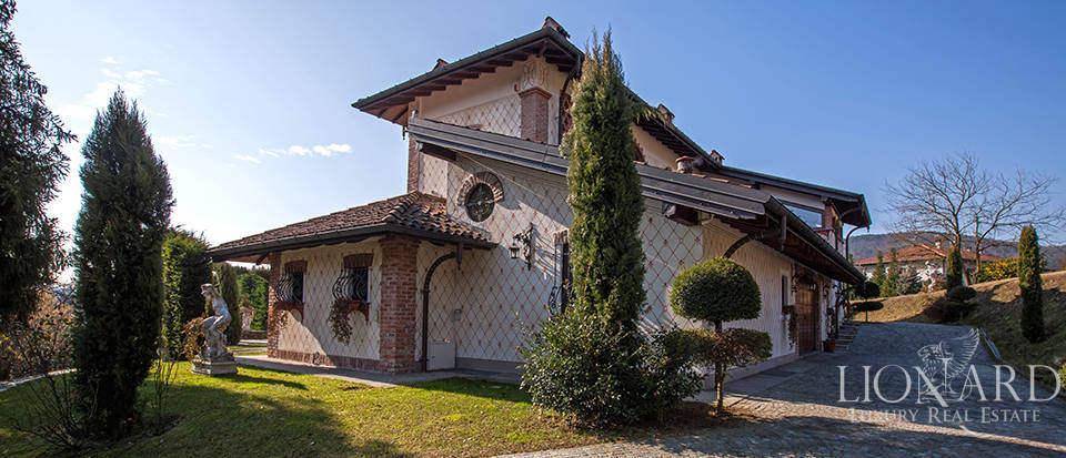 Refined villa for sale in the province of Varese Image 2