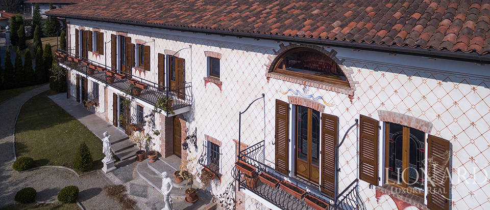 Refined villa for sale in the province of Varese Image 8