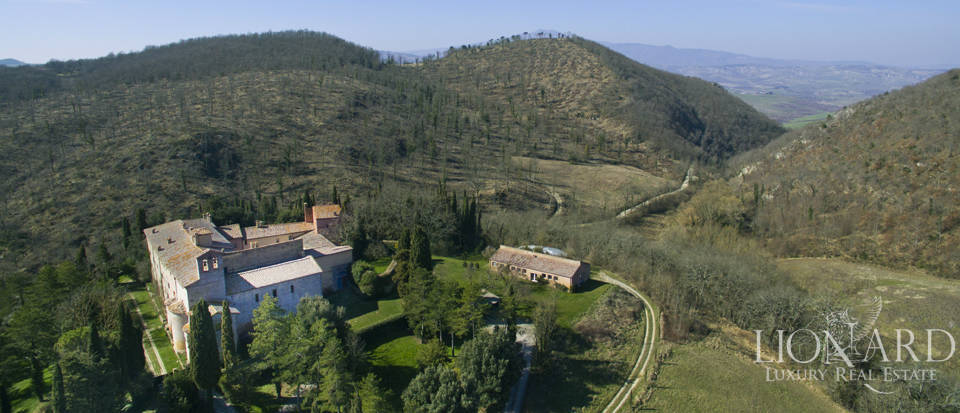 Farmhouses with swimming pool in Siena Image 5