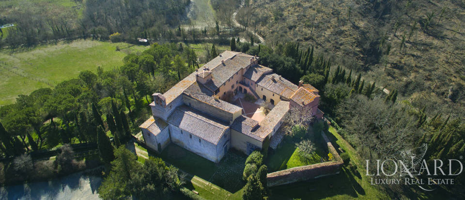 Farmhouses with swimming pool in Siena Image 1