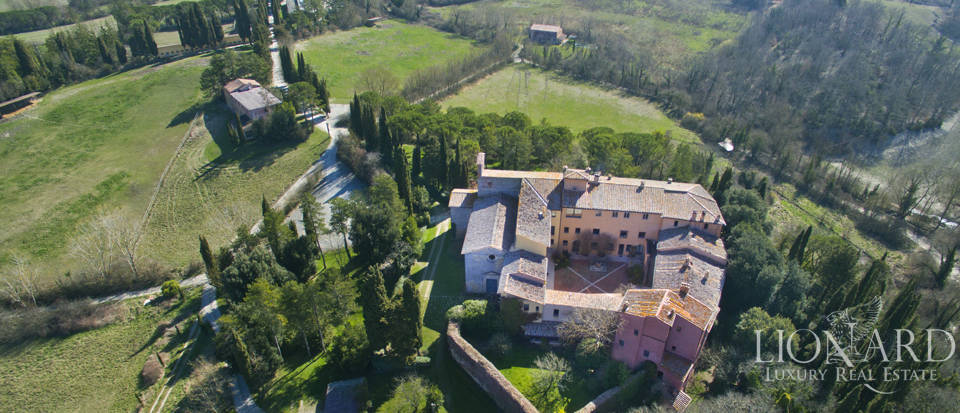 Farmhouses with swimming pool in Siena Image 2