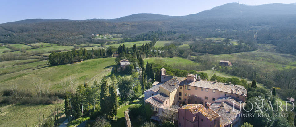 Farmhouses with swimming pool in Siena Image 3