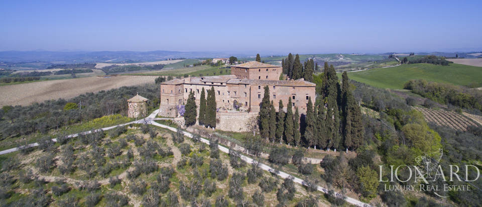 Historical estate for sale in the Tuscan countryside Image 4