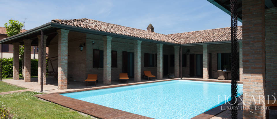 Villa with swimming pool for sale at the outskirts of Milan Image 1