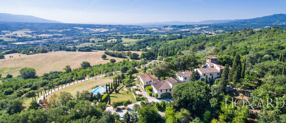 Refined farmstead for sale in Tuscany Image 1