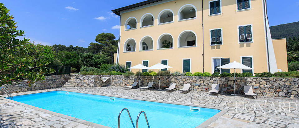 Sea-front apartment in Liguria Image 11