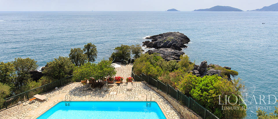 Sea-front apartment in Liguria Image 27