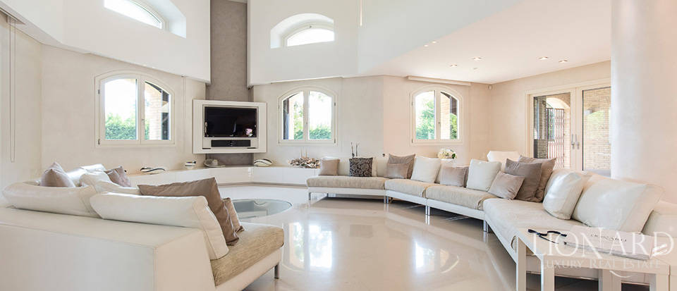 Stunning villa for sale in Monza Image 14