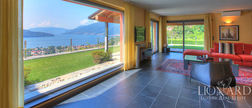 Villa with a stunning view in front of the lake Image 18