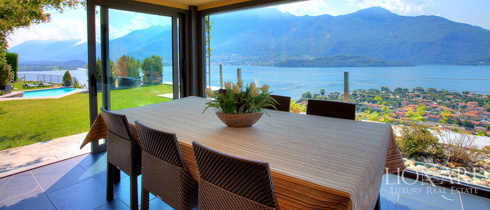 Villa with a stunning view in front of the lake Image 22