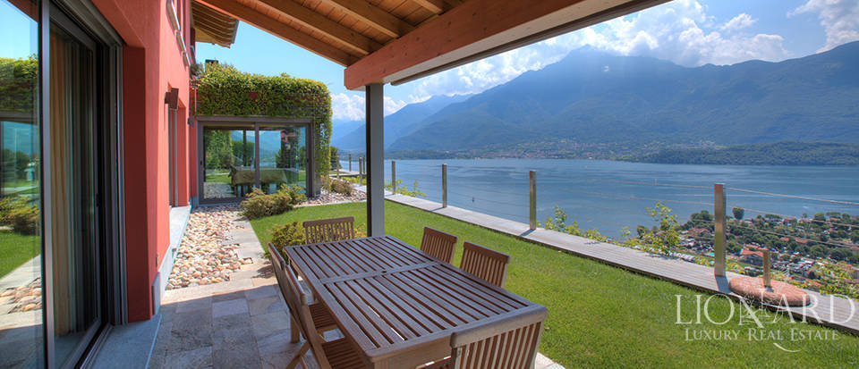 Villa with a stunning view in front of the lake Image 6