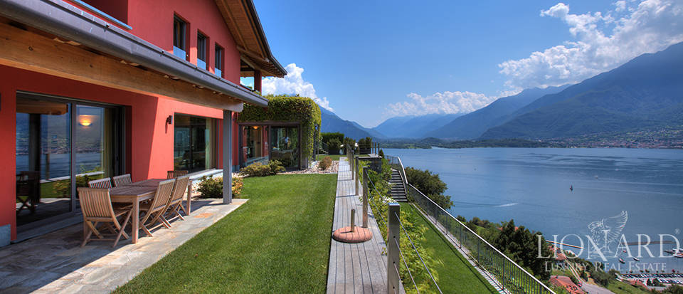 Villa with a stunning view in front of the lake Image 7