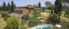 farmhouse with swimming pool for sale in siena