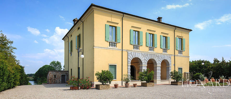 Historical villa for sale in Lombardy Image 7