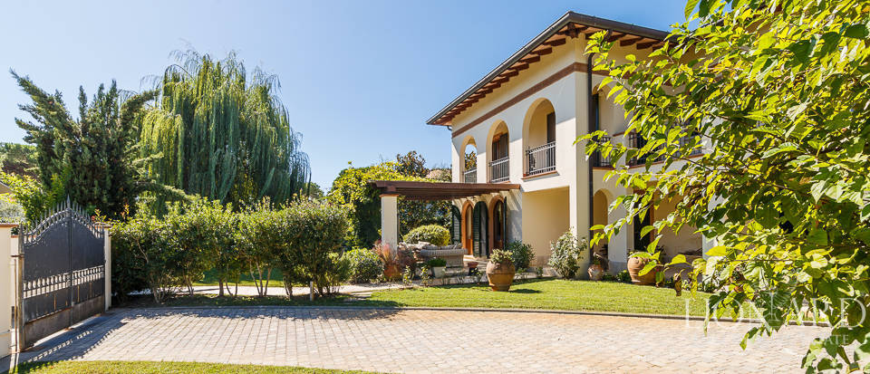 Luxury villa in an exclusive area in Forte dei Marmi Image 3