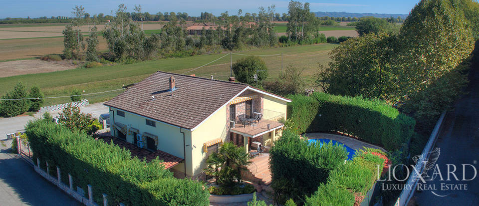 villa with swimming pool for sale in the province of pavia