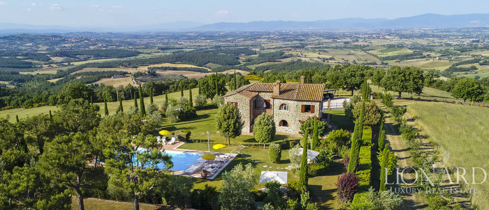 Tuscan farmhouse for sale near Siena Image 1