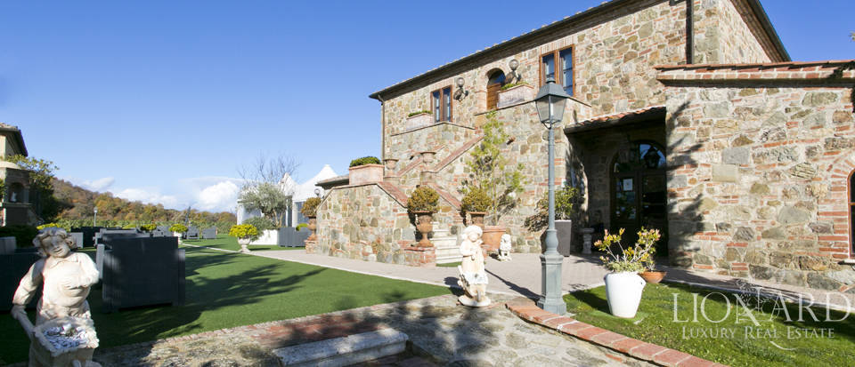 Hotel with swimming pool for sale in Tuscany Image 9