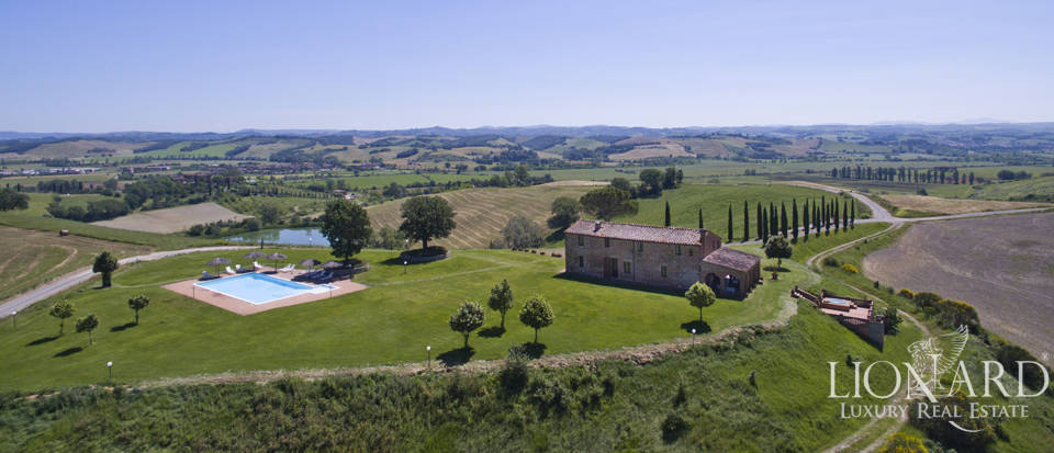 Wonderful farmhoue for sale in the Siena area Image 1