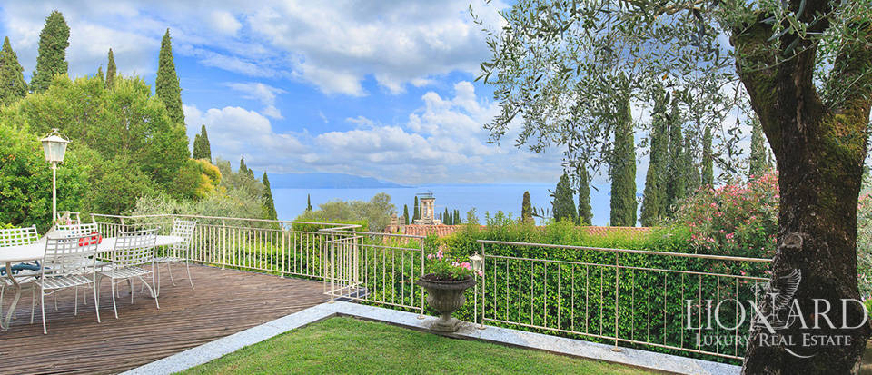 Villa for sale on the shores of Lake Garda Image 1