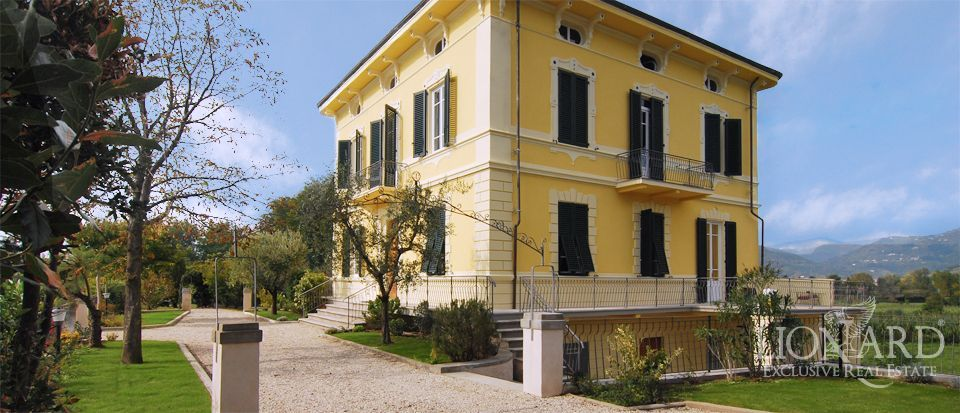 Villas for sale in tuscany lionard for Luxury italian real estate