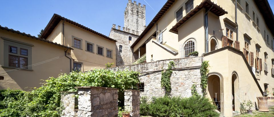 Castle for sale in tuscany italy lionard for Real estate in florence italy