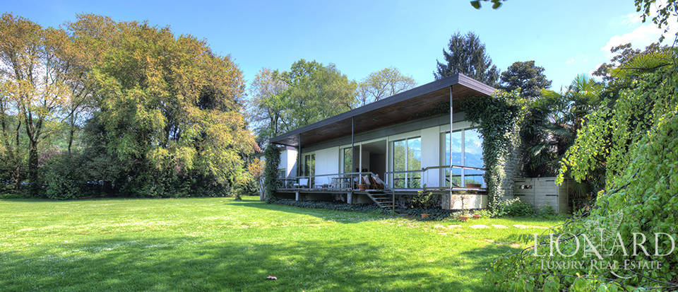 Lake-front villa for sale in the province of Lecco