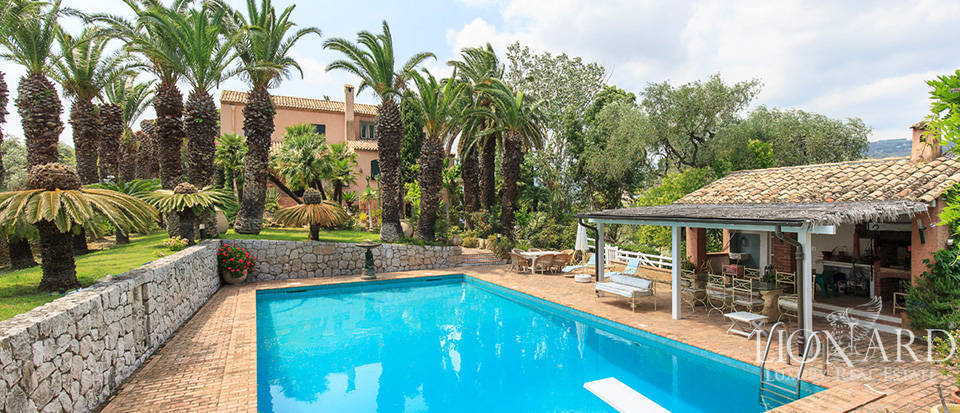 Elegant villa with swimming pool by the sea in Liguria