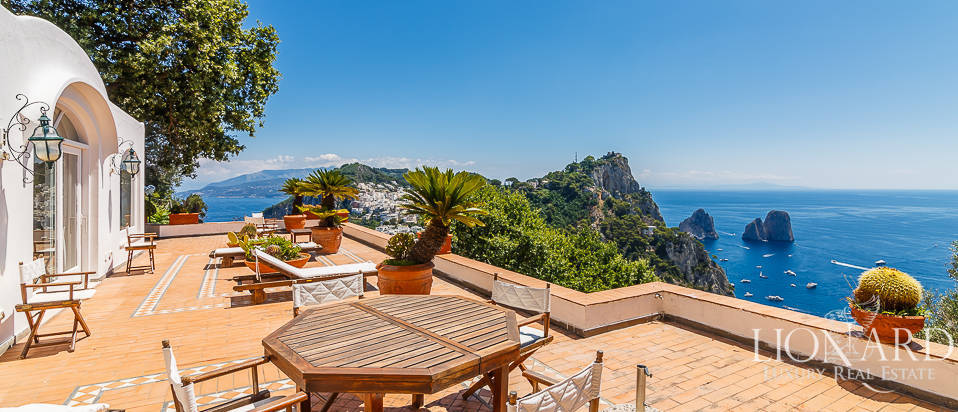 Villa with a panoramic view for sale by Capri's sea