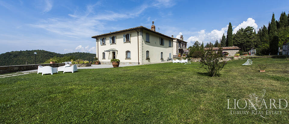 Old wine-producing farm for sale in Chianti