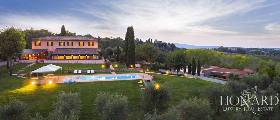 Luxurious villa with swimming pool in Siena's countryside